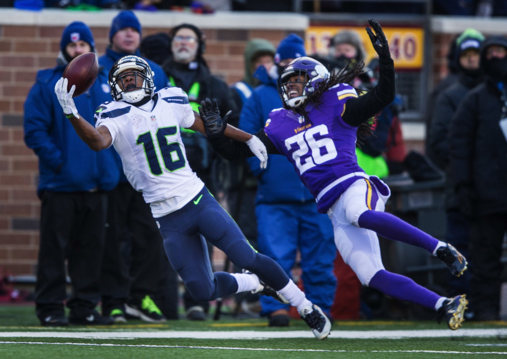 Tyler Lockett comes close to making the one-handed reception inside the 10-yard line to start the fourth quarter. (Dean Rutz / The Seattle Times)