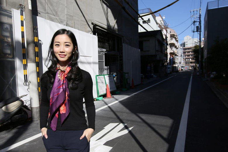 Aileen Jeffery, chief executive officer of Jeffery Corp., stands in front of her building under construction in Tokyo. Jeffery's plan to tailor the condo building for Airbnb customers is hindered by new rules in Japan.  (Bloomberg/Yuriko Nakao)
