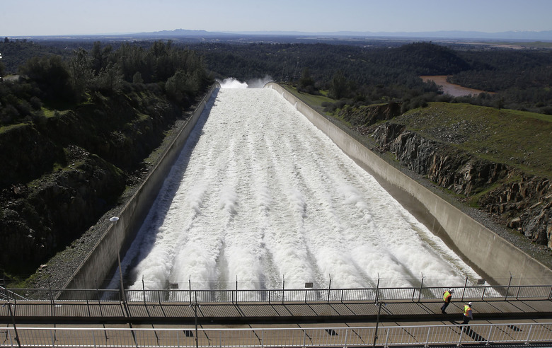 Oroville Dam Spillway Trouble and Evacuation