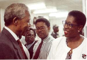 Nelson Mandela shakes hands with editor Carole Carmichael at a Johannesburg newspaper office.