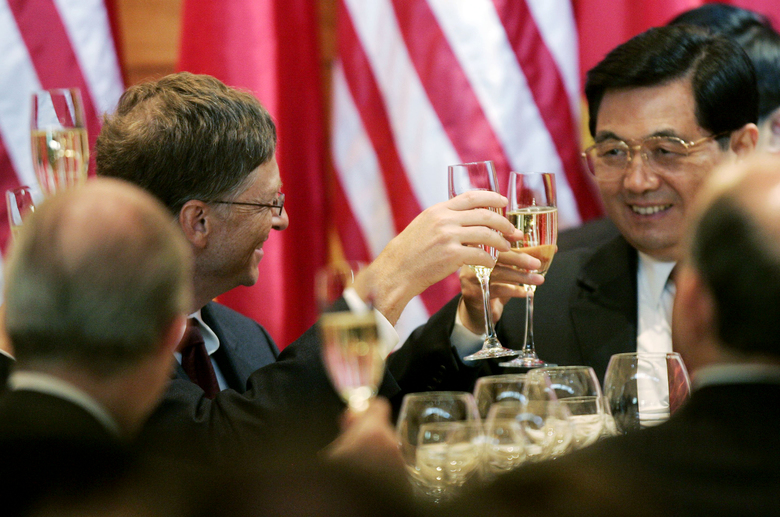 Chinese President Hu Jintao, right, toasts with Microsoft Chairman Bill Gates, left, at the head table Tuesday, April 18, 2006, at Gates' Medina home at a dinner hosted by then Gov. Chris Gregoire.  (TED S. WARREN/The Associated Press)