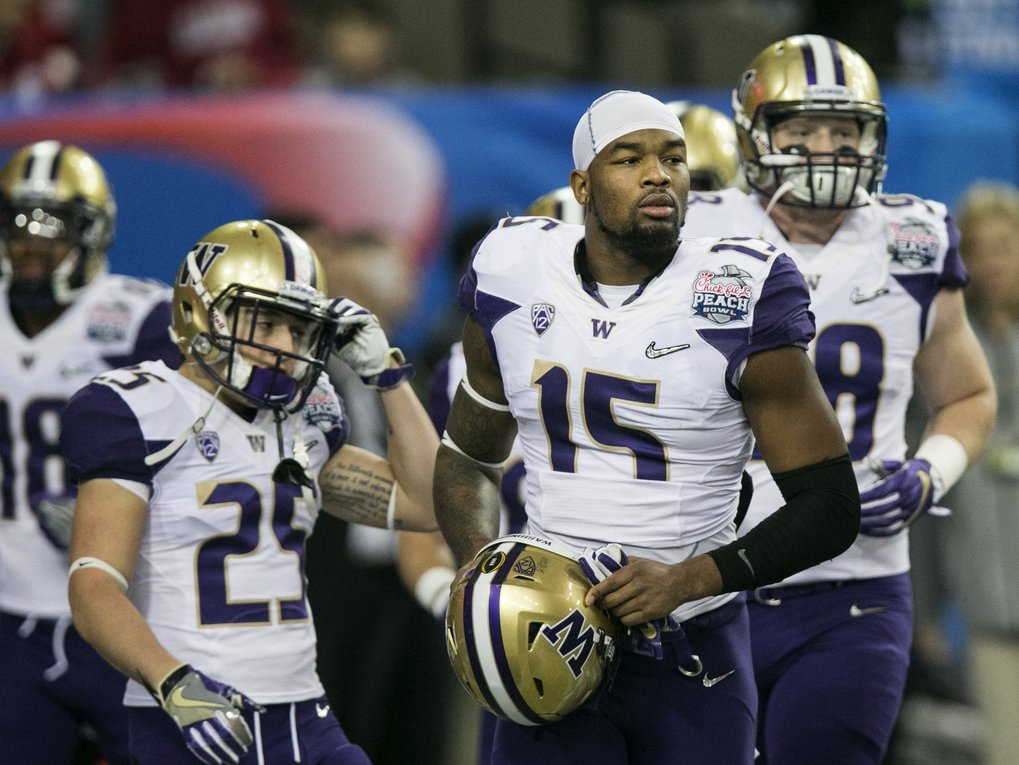 Washington Huskies senior tight end Darrell Daniels (15) warms up before the Huskies' College Football Playoff game against Alabama.  (Johnny Andrews / The Seattle Times)