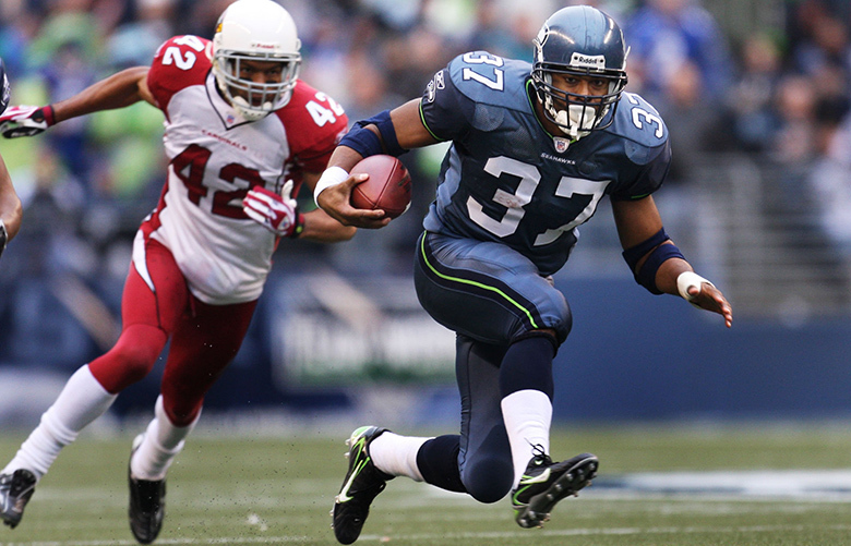 NFL FOOTBALL – SEATTLE SEAHAWKS VS. ARIZONA CARDINALS – 120907 – With Arizona's Terrence Holt in pursuit, Seattle's Shaun Alexander turns a fourth-and-one into a 25 yard gain to the 13-yard line, setting up the Seahawks' first touchdown.