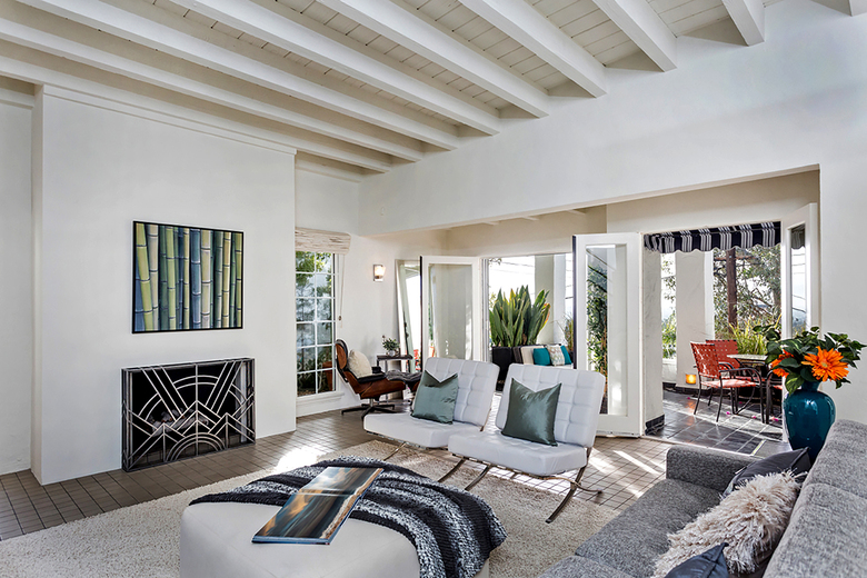 The 2,508 square feet of white-walled living space includes a step-down living room with fireplace. (David Tamburo / Tribune News Service)
