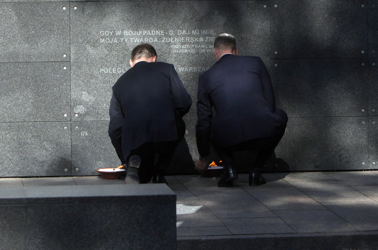 Britain's Prince William, right, and Poland's President Andrzej Duda pause, in front of the Warsaw Uprising museum, in Warsaw, Poland, Monday, July 17, 2017. The Duke and Duchess of Cambridge and their children arrived in Poland on Monday, on the first leg of a goodwill trip to two European Union nations that seeks to underscore Britain's friendly ties despite its negotiations to leave the bloc. (AP Photo/Czarek Sokolowski)