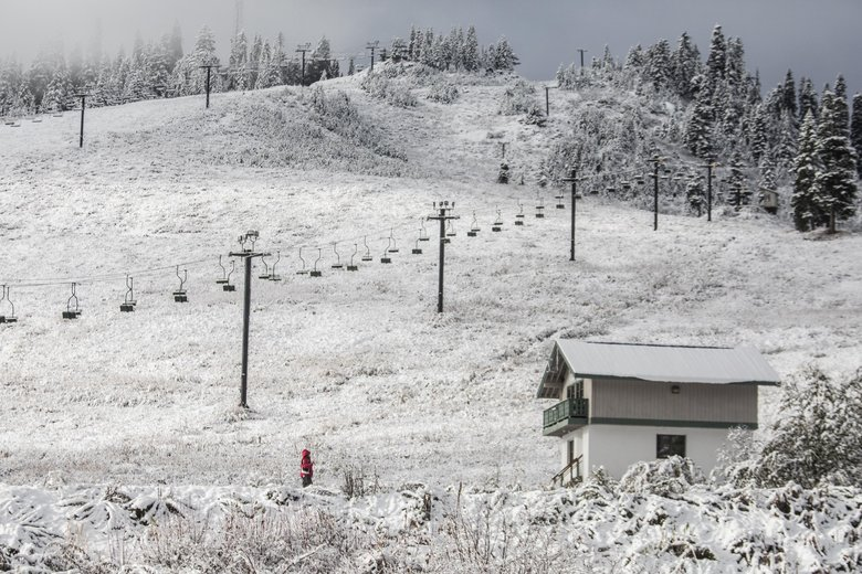 A few inches of snow covers the Summit at Snoqualmie ski area on Friday. (Steve Ringman / The Seattle Times)
