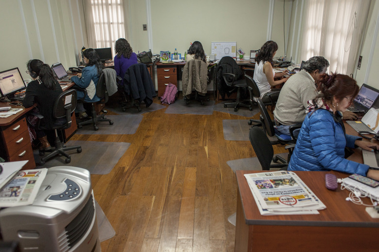 Journalists work at Pgina Siete, a news site frequently critical of the government of President Evo Morales, in La Paz, Bolivia, one of countries Facebook is using a testing ground for changes to its News Feed; Pgina Siete found overall web traffic to the site has dropped 20 percent.  (GONZALO PARDO/NYT)