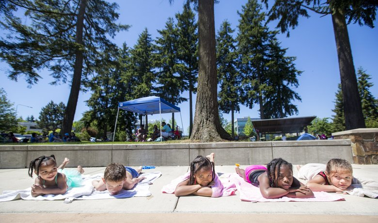 Memorial Day weekend 2017 also was dry and warm. Enjoying themselves at Angle Lake Park in SeaTac, from left: Aniya Mullen, 2, Tryzhai Oviedo, 9, Trinity Lopez, 8, Za'Raeya Mullen, 7, and Takaiya Oviedo, 6.  (Bettina Hansen / The Seattle Times)