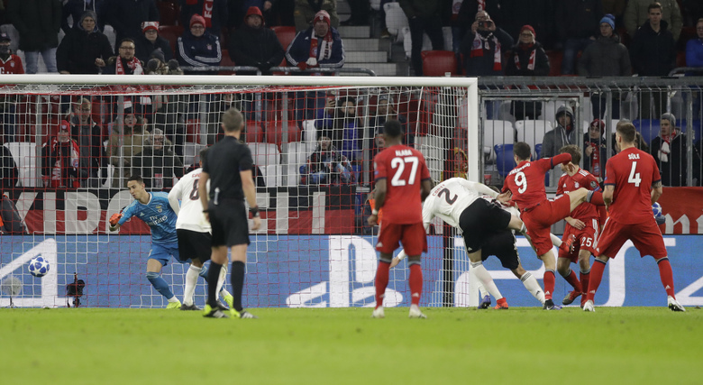 Bayern forward Robert Lewandowski, second from right, scores his side's third goal during the Champions League group E soccer match between FC Bayern Munich and Benfica Lisbon in Munich, Germany, Tuesday, Nov. 27, 2018. (AP Photo/Matthias Schrader)