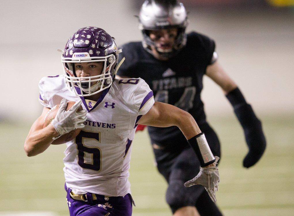 Lake Stevens' Dallas Landeros escapes Union defenders and runs into the end zone, scoring a touchdown in the first quarter as the Vikings take on the Titans for the state 4A title at the Tacoma Dome on Saturday, December 1.  (Rebekah Welch / The Seattle Times)