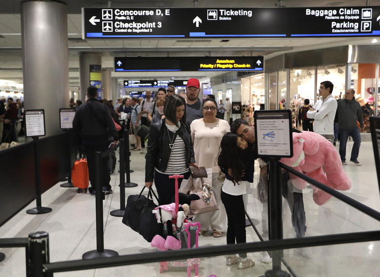 La Guardia Flights Halted, Raising Pressure to End D.C. Shutdown