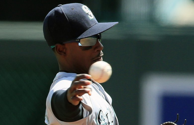 Seattle Mariners second baseman Dee Gordon throws out Kansas City Royals' Ryan O'Hearn during the first inning of a baseball game at Kauffman Stadium in Kansas City, Mo., Thursday, April 11, 2019. (AP Photo/Orlin Wagner) MOOW103 MOOW103