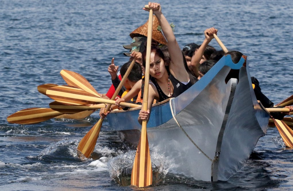 First Nation paddlers from Nanaimo, B.C., pull hard bringing their canoe ashore at Alki Beach in West Seattle on Thursday. (Alan Berner / The Seattle Times)