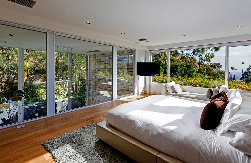 The upstairs master suite takes in treetop and city-light views in two directions. (Anthony Barcelo/TNS)