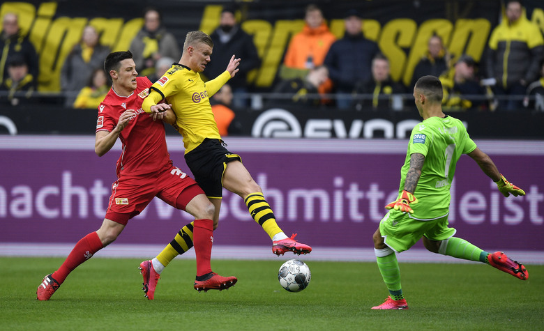Union's Keven Schlotterbeck, Dortmund's Erling Haaland and Union's goalkeeper Rafal Gikiewicz, from left, challenge for the ball during the German Bundesliga soccer match between Borussia Dortmund and Union Berlin in Dortmund, Germany, Saturday, Feb. 1, 2020. (AP Photo/Martin Meissner)