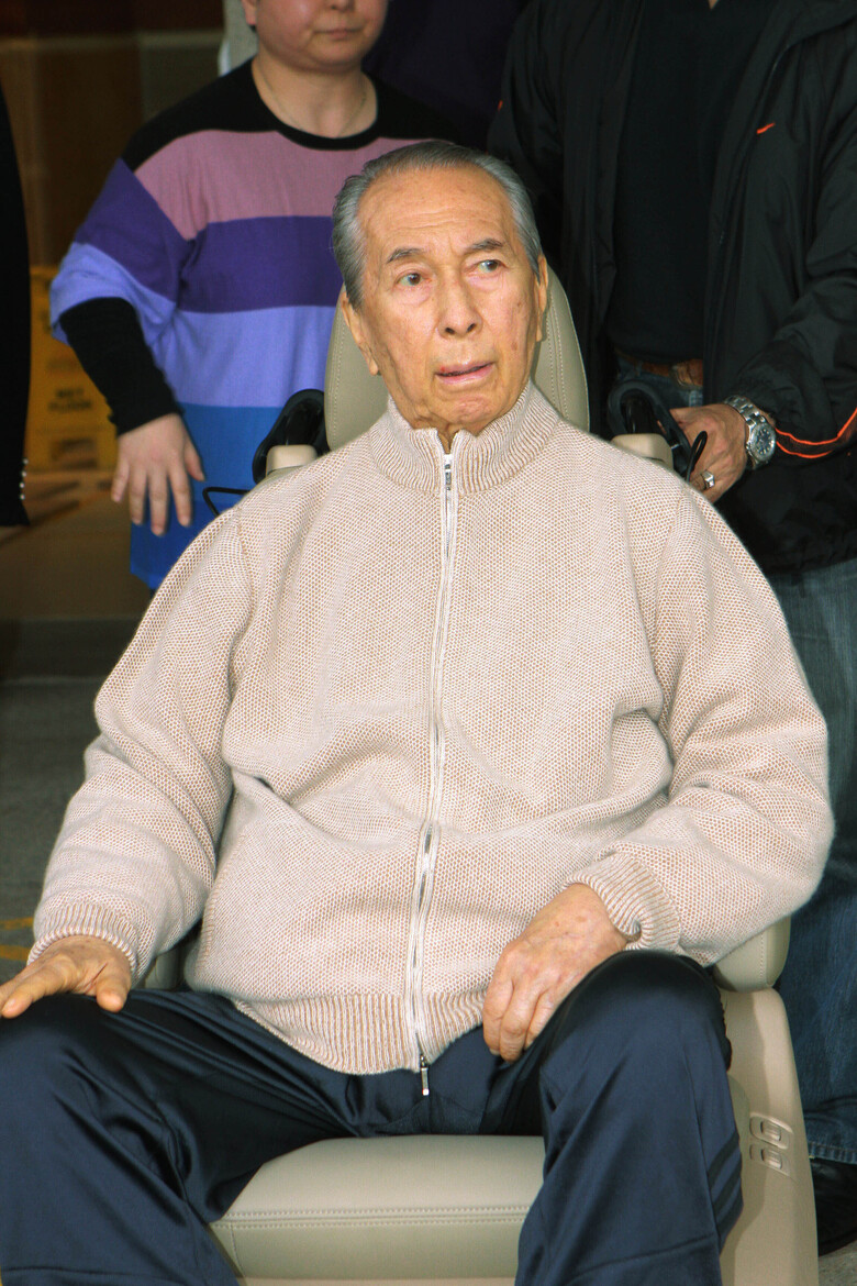 In this March 6, 2010, file photo, casino mogul Stanley Ho, wearing casual clothes and sneakers, is wheeled out of a Hong Kong hospital. On Tuesday, May 26, 2020, the family of Stanley Ho, the Macao casino tycoon considered the father of modern gambling in China, has died at 98. (AP Photo, File)