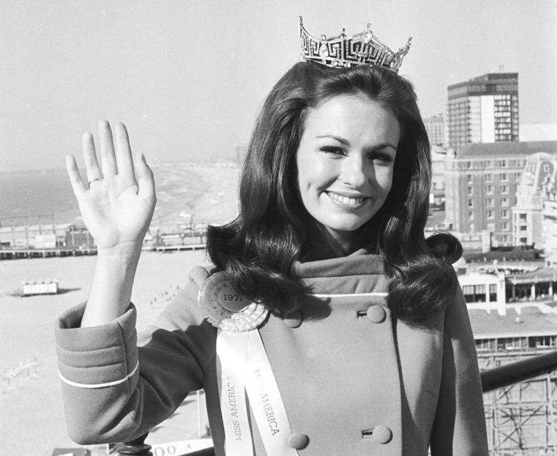 """FILE – In this Sept. 13, 1970, file photo, Twenty-one year old Phyllis George of Denton, Texas, waves against backdrop of he beach and ocean at Atlantic City, N.J. a day after she was named Miss America. George, the former Miss America who became a female sportscasting pioneer on CBS's """"The NFL Today"""" and served as the first lady of Kentucky, has died. She was 70. A family spokeswoman said George died Thursday, May 14, 2020, at a Lexington hospital after a long fight with a blood disorder. (AP Photo/Bill Ingraham, File)"""