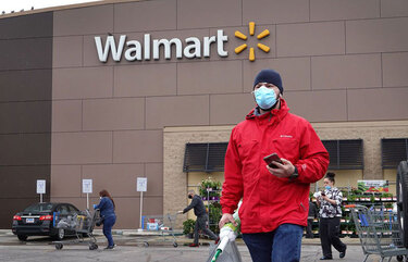 Walmart is advising employees on how to deal with shoppers who aren't wearing masks. (Bloomberg)