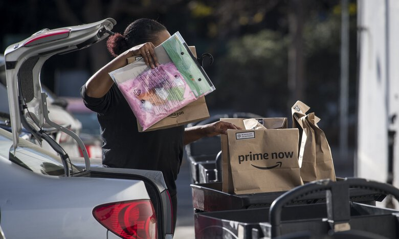 A contractor working for Amazon loads packages for delivery to customers in San Francisco. Some Seattle Amazon grocery-delivery drivers say the tips customers add onto payments aren't making it to individual drivers. (David Paul Morris / Bloomberg, file)