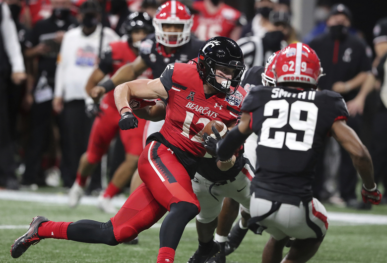 Cincinnati wide receiver Alec Pierce gets past Georgia defenders for a touchdown during the first half in the NCAA college football Peach Bowl game on Friday, Jan. 1, 2021, in Atlanta. (Curtis Compton/Atlanta Journal-Constitution via AP)